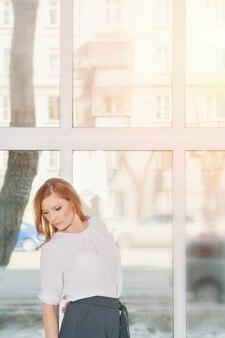 Concetto di ufficio, business plan, moda donna d'affari in abito bianco che lavora in ufficio. bella donna bionda nel lavoro