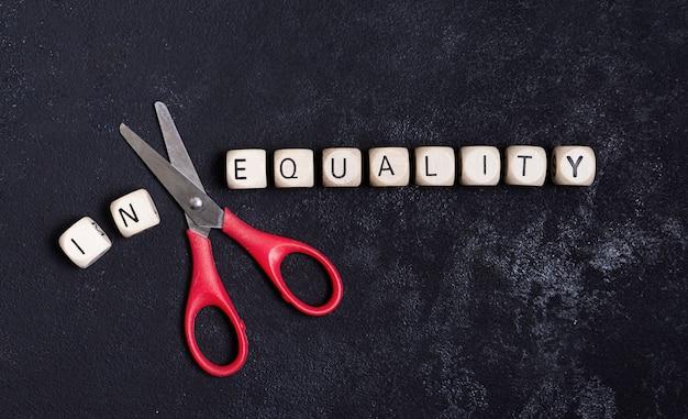 Concetto di uguaglianza e disuguaglianza con le forbici