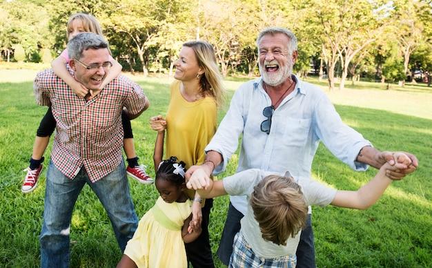 Concetto di unità della natura del campo di camminata della famiglia