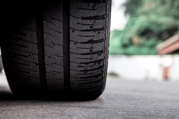Concetto di usura delle gomme. pericolo di utilizzo di vecchi pneumatici per auto calvizie con molto poco battistrada rimanente.