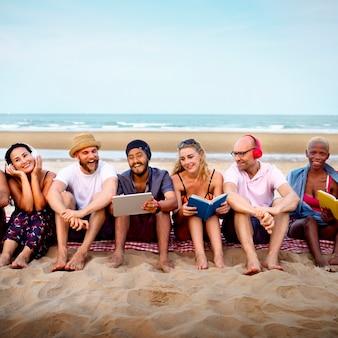 Concetto di vacanza di vacanza di amicizia della spiaggia di estate