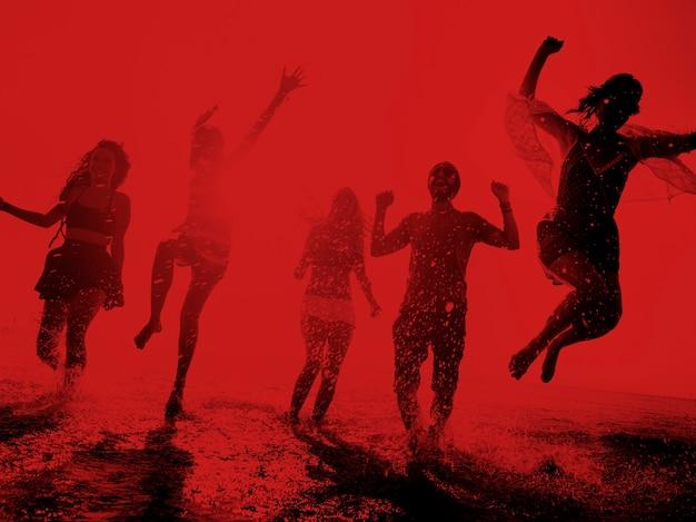 Concetto di vacanza estiva della spiaggia di libertà di amicizia