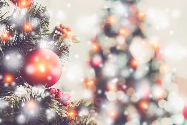 Concetto di vacanze di natale e capodanno. albero di natale decorato