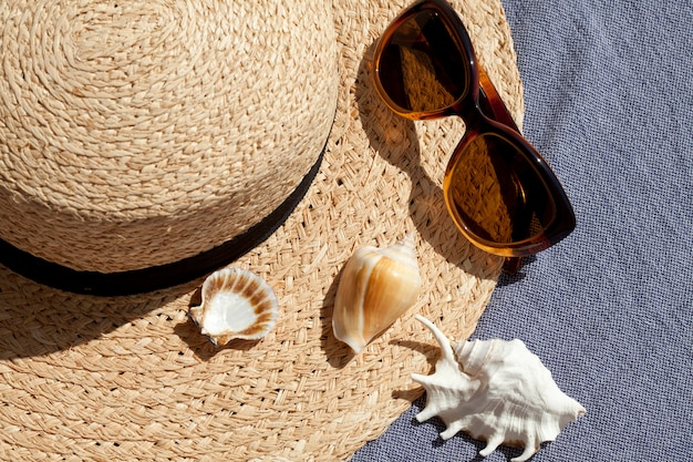 Concetto di vacanze estive con cappello di paglia