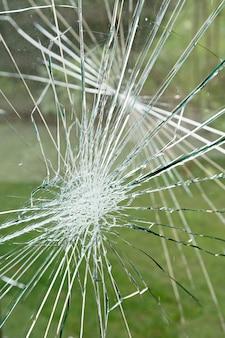 Concetto di vandalismo, vetro danneggiato al riparo della fermata dell'autobus. problemi sociali
