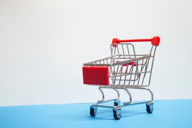Concetto di vendita. carrello del supermercato