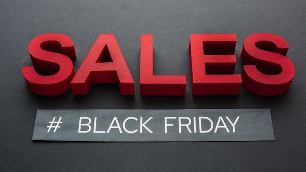 Concetto di vendita del primo piano su fondo nero
