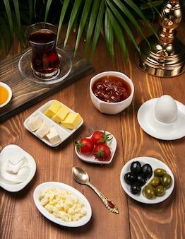 Concetto di viaggio: allestimento con colazione tradizionale turca