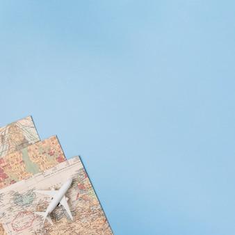 Concetto di viaggio con aereo e mappe