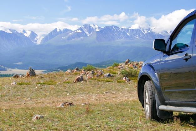 Concetto di viaggio con grande auto 4x4 e montagne