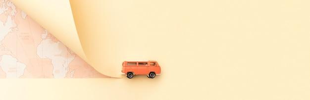 Concetto di viaggio con mappa e furgone giocattolo