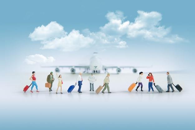 Concetto di viaggio con un gruppo di viaggiatori in miniatura