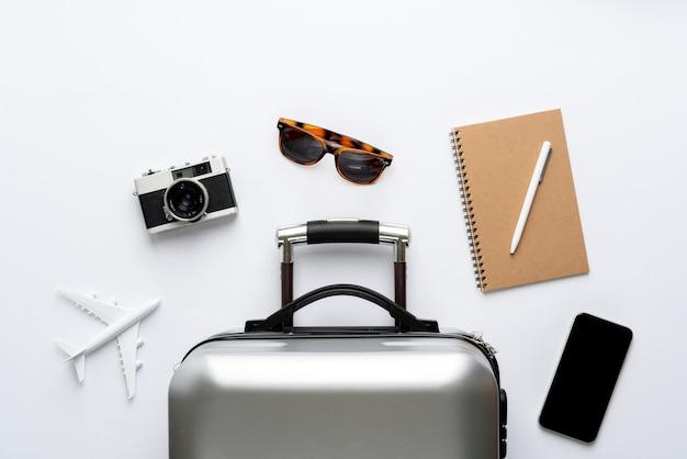 Concetto di viaggio dalla vista dall'alto con bagagli e aereo