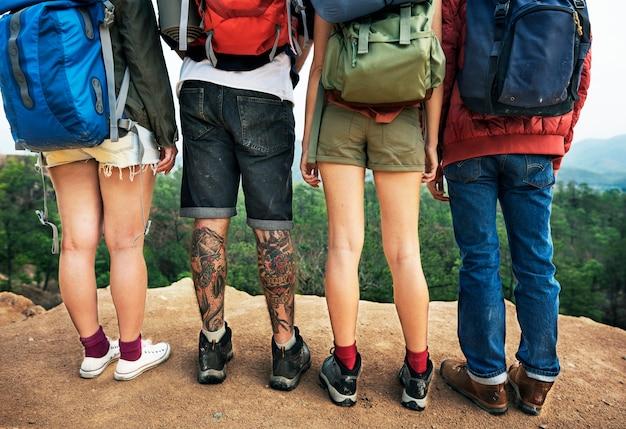 Concetto di viaggio del viaggiatore del viaggiatore di zaino in spalla di avventura