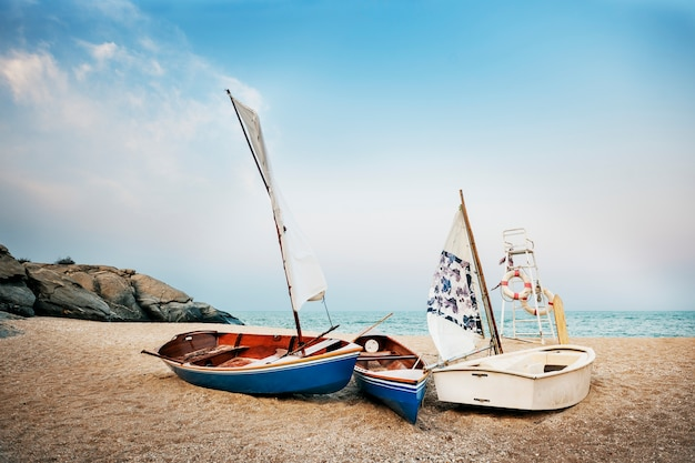 Concetto di viaggio della barca di vacanza estiva della spiaggia