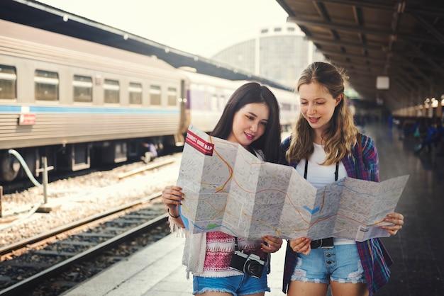 Concetto di viaggio della mappa di festa del ritrovo di amicizia delle ragazze