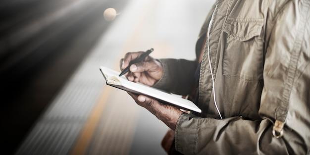 Concetto di viaggio di brainstorming di writing record dell'uomo d'affari