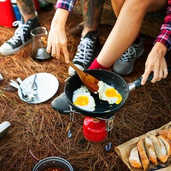 Concetto di viaggio di campeggio del caffè del pane dell'uovo del fagiolo della prima colazione