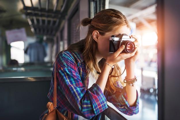 Concetto di viaggio di fotografia di festa del ritrovo di avventura della ragazza