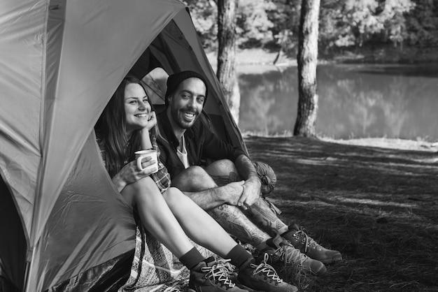 Concetto di viaggio di viaggio del campeggiatore dello zaino in spalla di viaggio della tenda