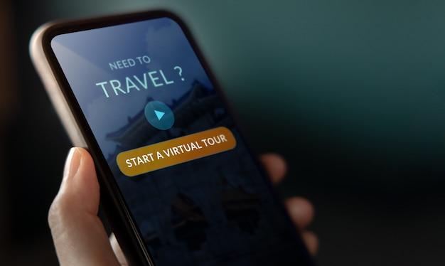 Concetto di viaggio e tecnologia. primo piano di virtual tour appllication sul telefono cellulare. viaggiare nel nuovo stile di vita normale