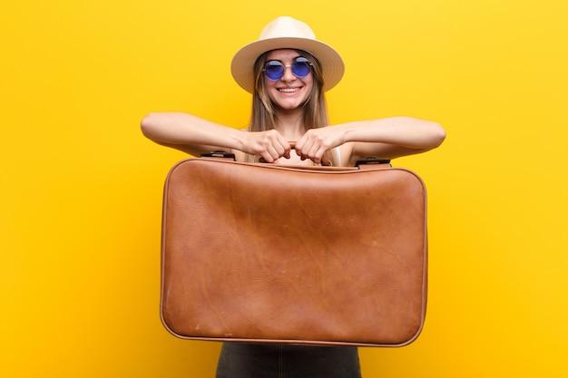 Concetto di viaggio o turismo della giovane donna graziosa