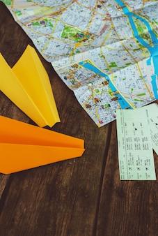 Concetto di viaggio. oggetti sul concetto di tavolo in legno