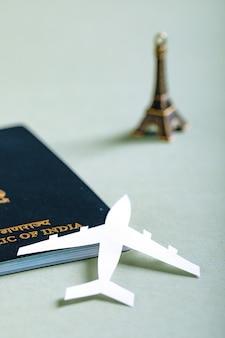 Concetto di viaggio, passaporto indiano con aeroplano di carta