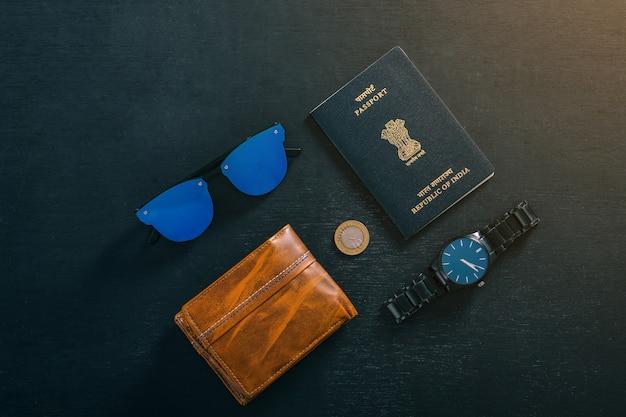 Concetto di viaggio, passaporto indiano con orologio, portafoglio, occhiali da sole
