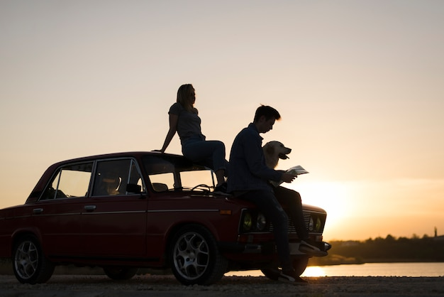 Concetto di viaggio su strada con giovane coppia
