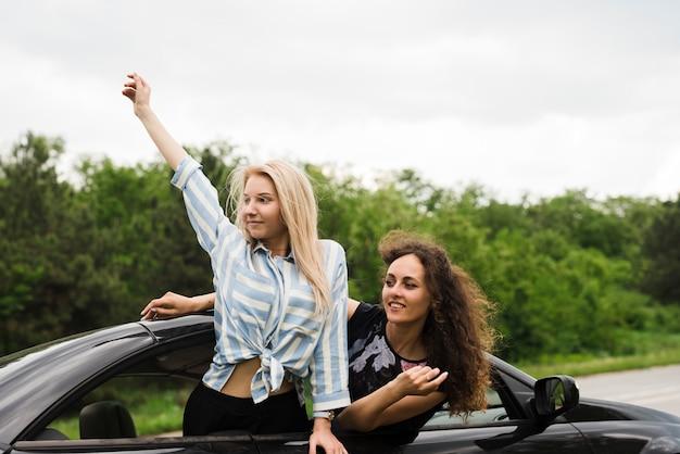 Concetto di viaggio su strada con un gruppo di amici