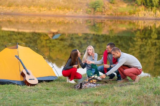 Concetto di viaggio, turismo, escursione, picnic e persone