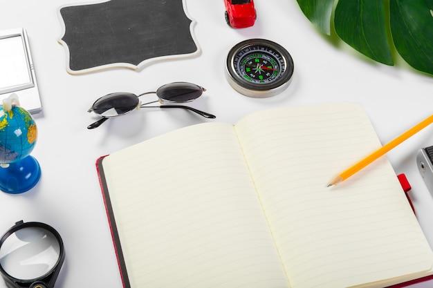 Concetto di viaggio, vacanze estive, turismo e oggetti
