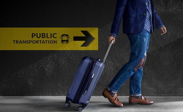 Concetto di viaggio viaggiatore che cammina con bagagli in aeroporto