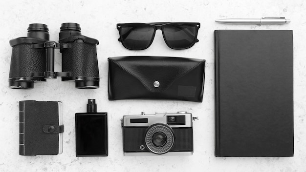 Concetto di viaggio vista dall'alto con oggetti neri