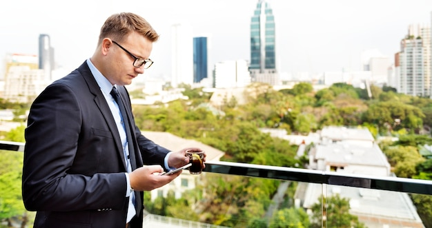 Concetto di working connecting smart phone dell'uomo d'affari