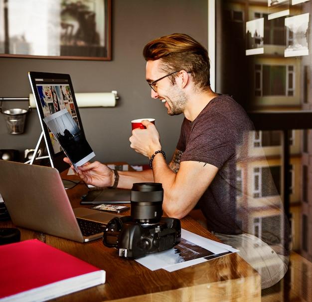 Concetto di working studion agency del giornalista del fotografo
