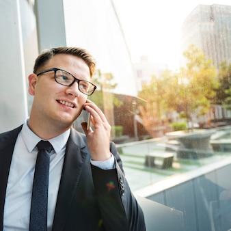 Concetto di working talking phone dell'uomo d'affari