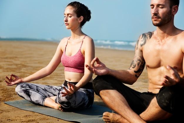 Concetto di yoga dell'uomo della giovane donna
