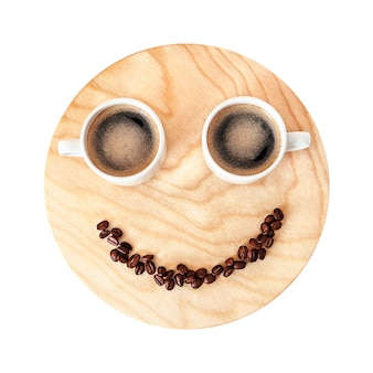 Concetto divertente della pausa caffè su di legno isolato su bianco