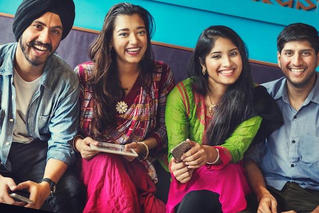Concetto felice del ritrovo indiano degli amici
