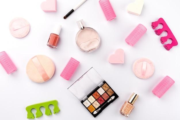 Concetto femminile beauty spa. diversi compongono cosmetici essenziali di bellezza su sfondo bianco. vista dall'alto. sopra.