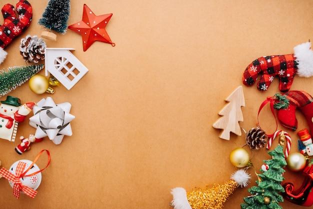 Concetto festivo di idee del fondo di celebrazione con la festa di vacanza di natale che decora gli oggetti