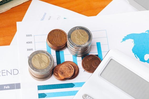 Concetto finanziario, vista alta vicina di soldi sul fondo di affari