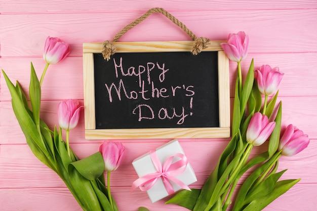 Concetto floreale di giorno di madri con l'ardesia
