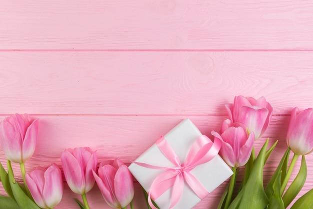 Concetto floreale di giorno di madri con la scatola attuale