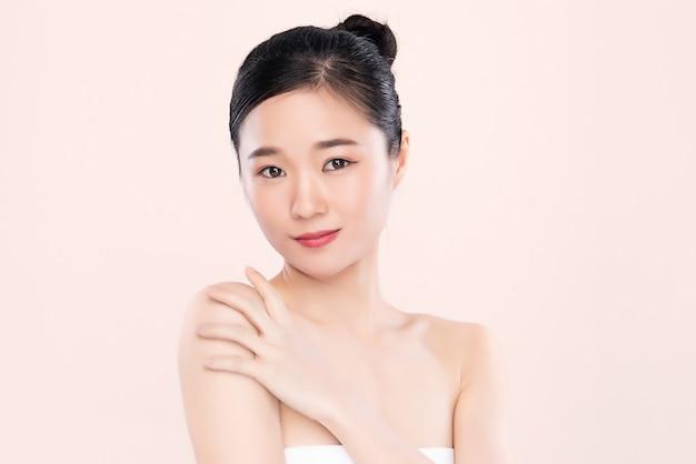Concetto fresco pulito della pelle nuda della bella giovane donna asiatica del ritratto. ragazza asiatica bellezza viso cura della pelle e benessere salute, trattamento viso, pelle perfetta, trucco naturale,