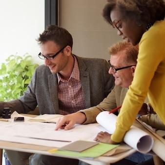 Concetto interno di brainstorming di riunione del gruppo della costruzione