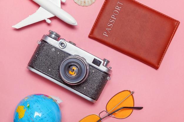 Concetto minimo semplice di viaggio di avventura di viaggio piano di disposizione su fondo moderno d'avanguardia pastello rosa