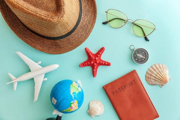 Concetto minimo semplice di viaggio di avventura di viaggio piano di disposizione su fondo moderno d'avanguardia variopinto pastello blu